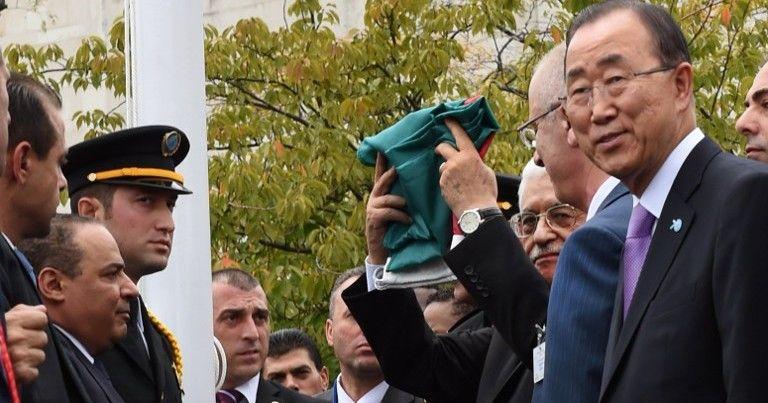 El presidente de la Autoridad Palestina, Mahmoud Abbas, iza la bandera de la Gran Revuelta Árabe en su versión de la Autoridad Palestina mientras el secretario general de la ONU de entonces, Ban Ki-moon observa durante una ceremonia en el jardín de rosas de la sede de la ONU en Nueva York el 30 de septiembre de 2015. (AFP PHOTO / TIMOTHY A. CLARY)