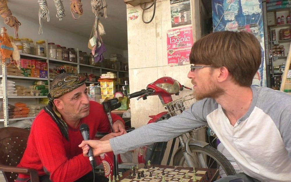Abdul habla sobre los judíos de Qamishli. (Ziv Genesove / Times of Israel)
