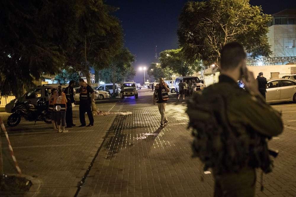 Las fuerzas de seguridad israelíes en la escena de un ataque de apuñalamiento en el poblado judío de Adam, el 26 de julio de 2018. (Hadas Parush / Flash 90)