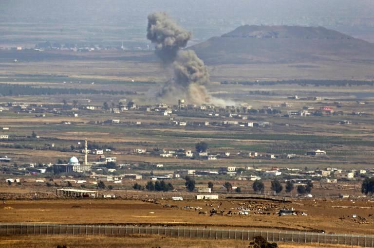 Una imagen tomada el 19 de julio de 2018 desde los Altos del Golán, muestra humo que sube en un área donde las fuerzas gubernamentales respaldadas por Rusia en Siria han estado llevando a cabo ataques aéreos cerca de la aldea de al-Rafid en la provincia sureña siria de Quneitra.(AFP / JALAA MAREY)