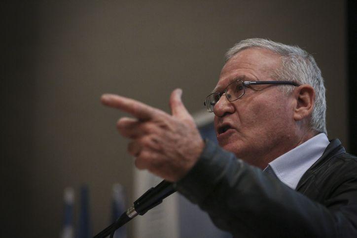 El ex jefe de inteligencia militar Amos Yadlin habla en un evento en Jerusalén el 22 de febrero de 2015. (Hadas Parush / Flash 90)