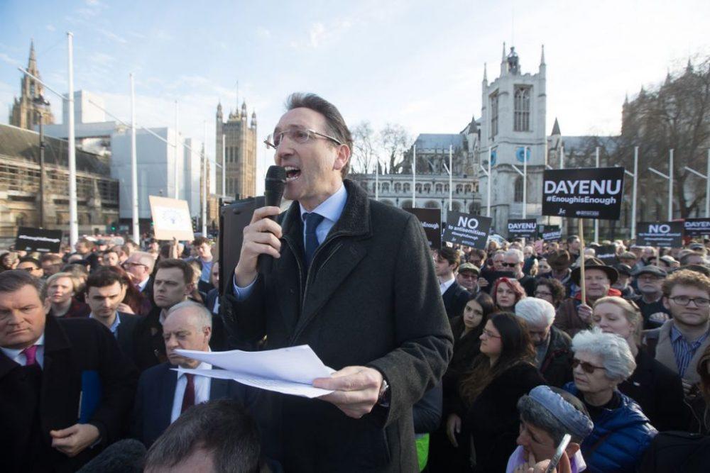 Jonathan Goldstein se dirige a la gran multitud en Parliament Square en la demo #EnoughIsEnough, protestando contra el antisemitismo en el Partido Laborista. Crédito Marc Morris