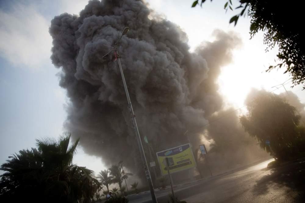 El humo se levanta en el fondo después de que un ataque aéreo israelí golpea un edificio de Hamas en la ciudad de Gaza, el sábado 14 de julio de 2018. Crédito: Khalil Hamra / AP