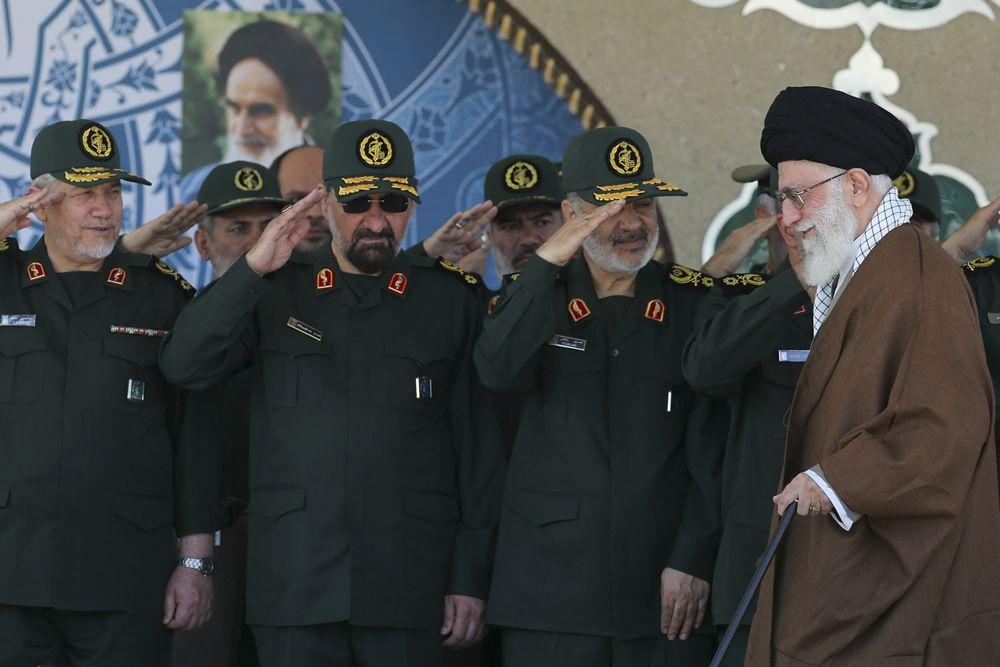 En esta imagen publicada por un sitio web oficial de la oficina del líder supremo iraní el 20 de mayo de 2015, el líder supremo Ayatollah Ali Khamenei, a la derecha, llega a la ceremonia de graduación de los oficiales de la Guardia Revolucionaria, mientras el vicecomandante de la Guardia Revolucionaria, Hossein Salami, segundo a la derecha, ex comandantes de la Guardia Revolucionaria Mohsen Rezaei, segundo a la izquierda, y Yahya Rahim Safavi lo saludan en Teherán, Irán.(Oficina del Líder Supremo iraní a través de AP)