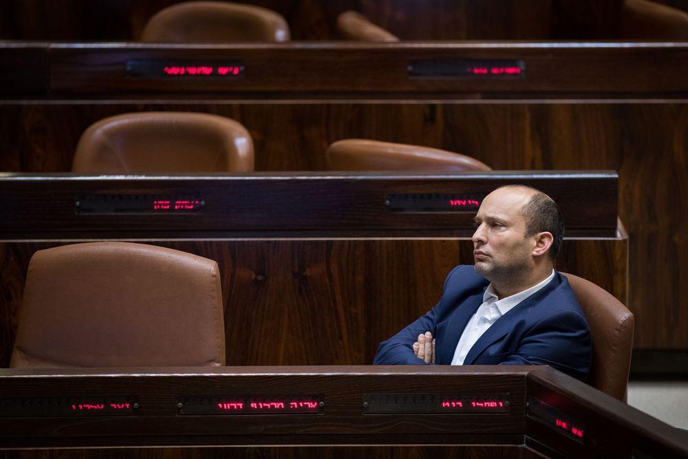 El ministro de Educación, Naftali Bennett, asiste a una sesión plenaria de la Knéset antes de la votación sobre la ley estatal judía, el 18 de julio de 2018 (Hadas Parush / Flash 90)