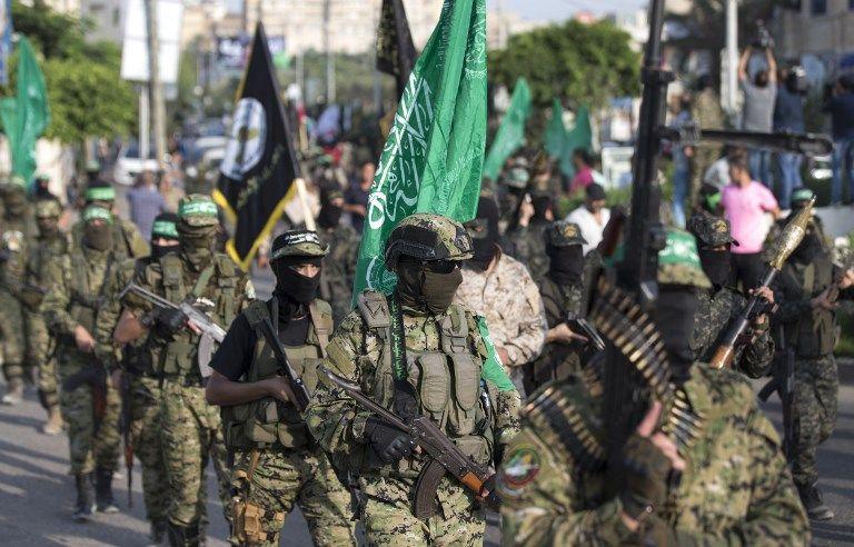 Las Brigadas Izz ad-Din al-Qassam, el ala armada del movimiento terrorista Hamas, participan en un desfile militar contra Israel en la ciudad de Gaza, el 25 de julio de 2017. (AFP / Hams Mahmud)