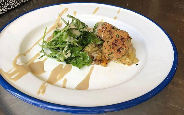 El primer kebab de pollo cultivado de Future Meat Technologies sobre berenjena a la parrilla y salsa de tahini en el restaurante Machneyuda (Cortesía)
