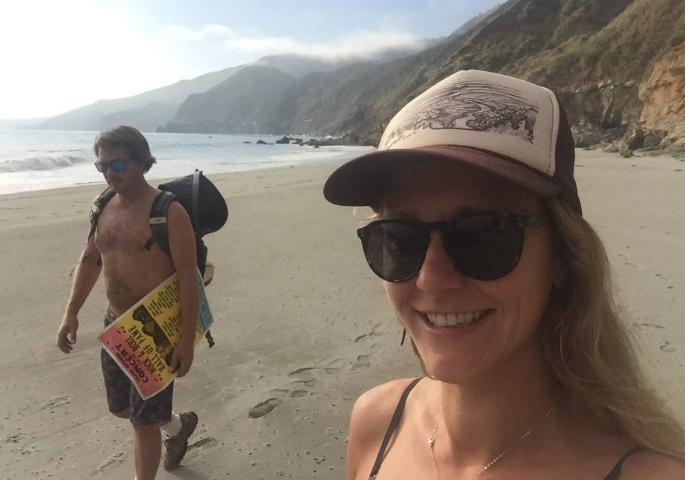 Chelsea Moore venía caminando por la playa con su esposo Chad cuando encontraron a Ángela Hernández, que llevaba una semana allí después del accidente