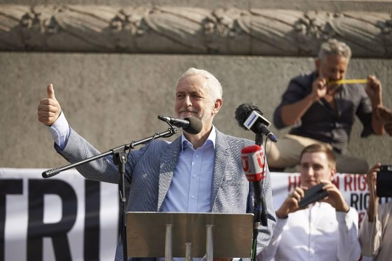El líder opositor británico Jeremy Corbyn dirige al público en Trafalgar Square durante una protesta contra la visita del presidente estadounidense Donald Trump al Reino Unido, el 13 de julio de 2018. (Niklas HALLEN / AFP)