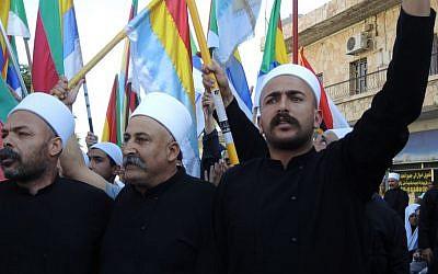 Los drusos cantan en una protesta pro Siria en Majdal Shams en junio de 2015. (Melanie Lidman / Times of Israel)