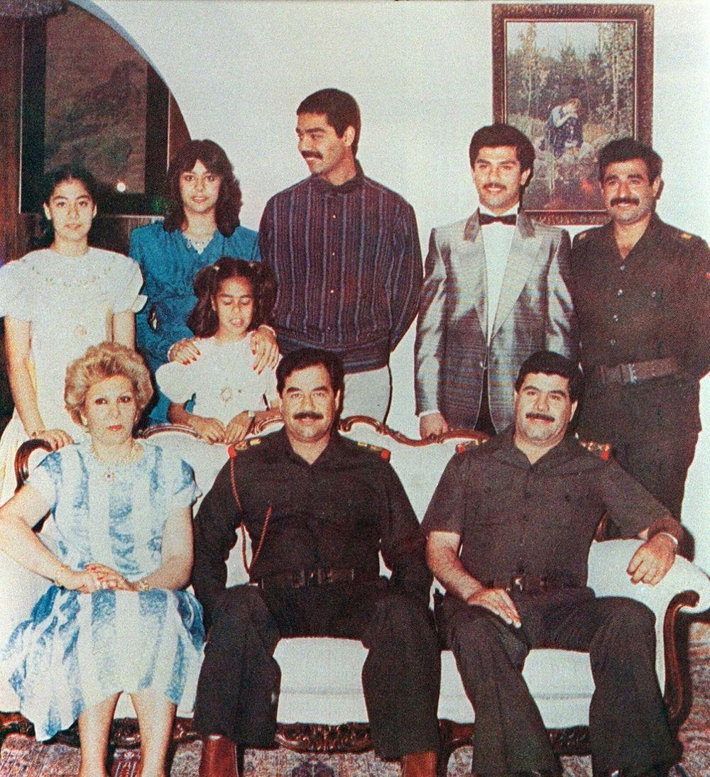 El dictador Saddam Hussein junto a su familia