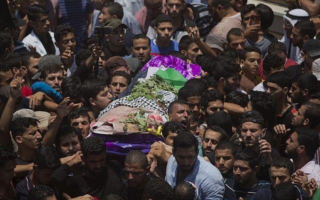 ARCHIVO - Sábado 2 de junio de 2018 foto de archivo, los deudos palestinos portan el cuerpo de la paramédica Razan Najjar, de 21 años, que se ofreció voluntariamente como escudo humano para Hamas, durante su funeral en la ciudad de Khan Younis, en el sur de la Franja de Gaza (AP Photo / Khalil Hamra, archivo)