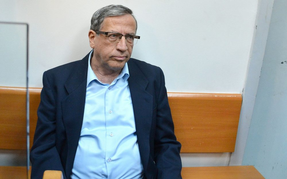 El alcalde de Ramat Gan, Yisrael Zinger, es visto en el Tribunal de la Magistratura en Rishon Lezion el 15 de diciembre de 2014. (Flash90)