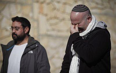 Amigos y parientes vistos de luto durante la ceremonia fúnebre de las cuatro víctimas judías del ataque terrorista de la tienda HyperCacher en París, que se celebró en el cementerio de Har HaMenuchot en Jerusalem, el 13 de enero de 2015. (Crédito de la foto: Yonatan Sindel / Flash90)