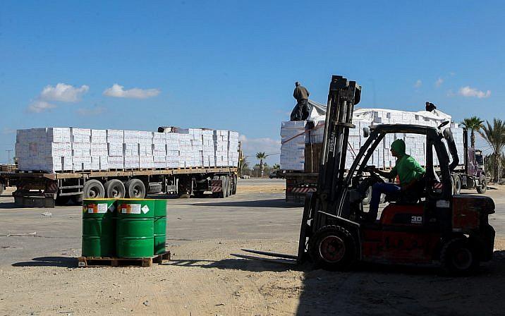 Los camiones palestinos cargados con suministros ingresan al sur de la Franja de Gaza desde Israel a través del cruce Kerem Shalom en Rafah, el 1 de noviembre de 2017. (Abed Rahim Khatib / Flash90)