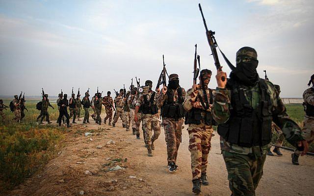 Combatientes del grupo terrorista Jihad Islámica marchan durante un ejercicio militar cerca de la frontera con Israel, al este de la ciudad de Khan Younis en el sur de la Franja de Gaza, el 27 de marzo de 2018. (Abed Rahim Khatib / Flash90)