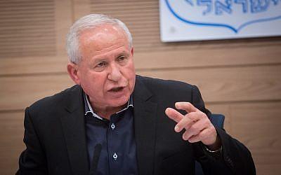 El Likud MK Avi Dichter preside una reunión del Comité de Asuntos Exteriores y Defensa del Knesset el 30 de abril de 2018. (Miriam Alster / Flash90)