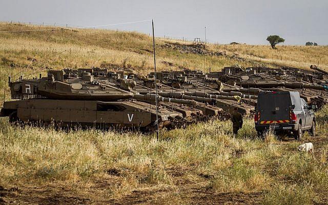 Soldados de las FDI junto a tanques cerca de la frontera sirio-israelí en los Altos del Golán el 10 de mayo de 2018 (Basilea Awidat / Flash90)