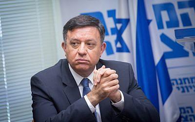 El jefe de la Unión Sionista Avi Gabbay encabeza una reunión de facciones en la Knéset el 18 de junio de 2018. (Miriam Alster / Flash90)