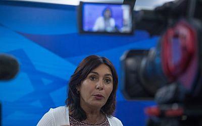 La ministra de Cultura Miri Regev llega a la reunión semanal del gabinete en la Oficina del Primer Ministro en Jerusalén el 1 de julio de 2018. (Ohad Zwigenberg / Pool)