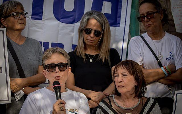 eah Goldin (izquierda), Zehava Shaul (derecha) y otros padres desconsolados asisten a una ceremonia conmemorativa de protesta para los soldados muertos en la guerra de Gaza 2014 fuera de la residencia del primer ministro en Jerusalén el 3 de julio de 2018. (Yonatan Sindel / Flash90)