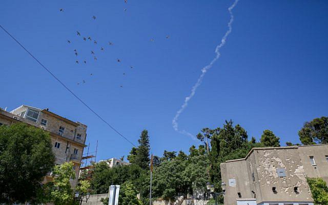 Una estela de humo de un misil Patriot que interceptaba un avión no tripulado sirio que ingresó al espacio aéreo israelí desde Siria, como se vio sobre la ciudad de Safed, en el norte de Israel, el 11 de julio de 2018. (David Cohen / Flash90)