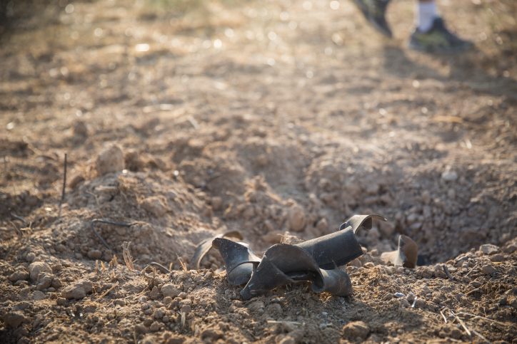 Restos de un cohete disparado por grupos terroristas en la Franja de Gaza que golpeó el sur de Israel cerca del Gaza Broder el 14 de julio de 2018. (Hadas Parush / Flash90)