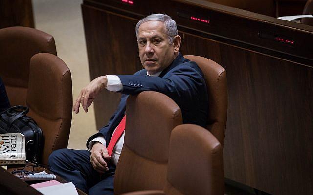 El Primer Ministro Benjamin Netanyahu asiste a una sesión plenaria de la Knesset antes de la votación de la Ley Nacional, el 18 de julio de 2018 (Hadas Parush / Flash90)