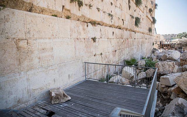 Una roca del Muro de las Lamentaciones cae sobre una plataforma de oración el 23 de julio de 2018 (Yonatan Sindel / Flash90)