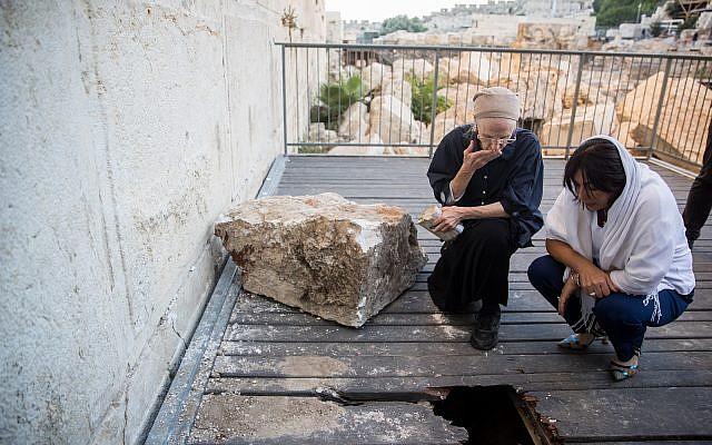 Daniella Goldberg (izquierda), con la ministra de Cultura, Miri Regev, inspecciona el daño causado por una piedra grande que se desprendió del Muro de las Lamentaciones en la Ciudad Vieja de Jerusalén el 23 de julio de 2013, en la sección de oración de género mixto. La roca cayó cerca de donde Goldberg estaba rezando. (Yonatan Sindel / Flash90)