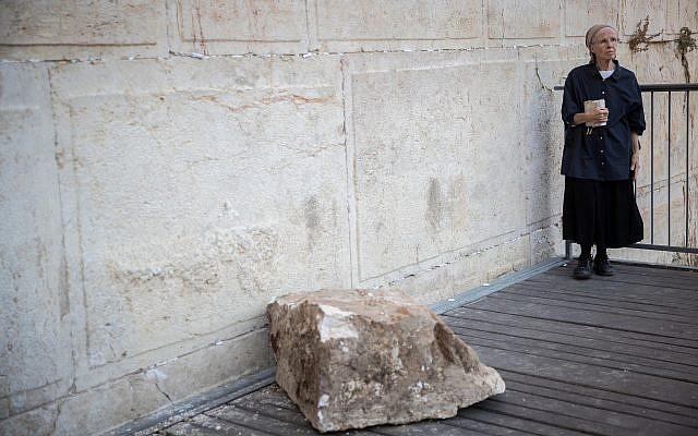 Daniella Goldberg se encuentra cerca del lugar donde una piedra grande se desprendió del Muro de las Lamentaciones en la Ciudad Vieja de Jerusalén el 23 de julio de 2013, en la sección de oración de género mixto. La roca cayó cerca de donde Goldberg estaba rezando, dañando la plataforma. (Yonatan Sindel / Flash90)