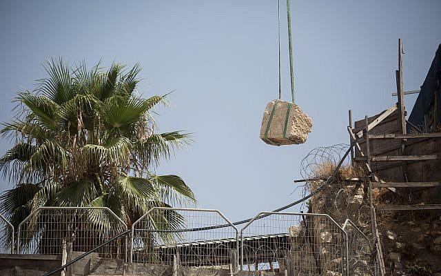 Una grúa levanta un gran trozo de piedra que se desprendió del Muro de los Lamentos en la Ciudad Vieja de Jerusalén, en la sección de oración mixta, el 25 de julio de 2018. (Hadas Parush / Flash90)