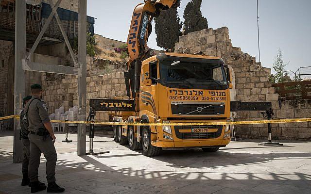 Una grúa traída para levantar un gran trozo de piedra desprendido del Muro de las Lamentaciones en la Ciudad Vieja de Jerusalén, en la sección de oración mixta, el 25 de julio de 2018. (Hadas Parush / Flash90)