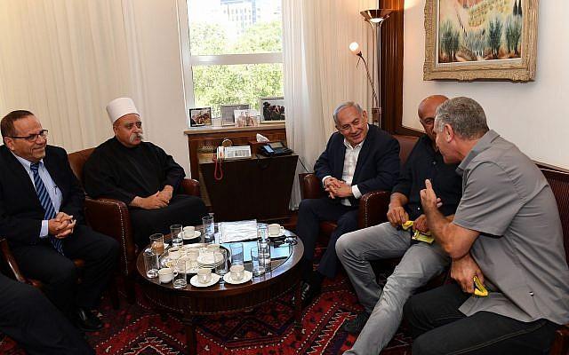 El primer ministro Benjamin Netanyahu (C) se reúne con Sheikh Muafak Tariff, líder espiritual de la comunidad drusa de Israel, el ministro de Comunicaciones Ayoub Kara (L) y otros líderes drusos en su oficina en Jerusalén para discutir la ley del estado nacional el 27 de julio de 2018. ( Kobi Gideon / GPO / Flash90)