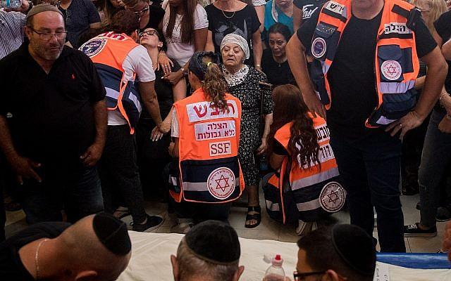 Amigos y familiares lloran en el funeral de Yotam Ovadia de 31 años en el cementerio de Har Hamenuchot en Jerusalén el 27 de julio de 2018. Ovadya fue asesinado cerca de su casa en el poblado de Adam cuando un palestino adolescente lo apuñaló e hirió a otros dos judíos en un ataque terrorista el 26 de julio de 2018. (Yonatan Sindel / Flash90)