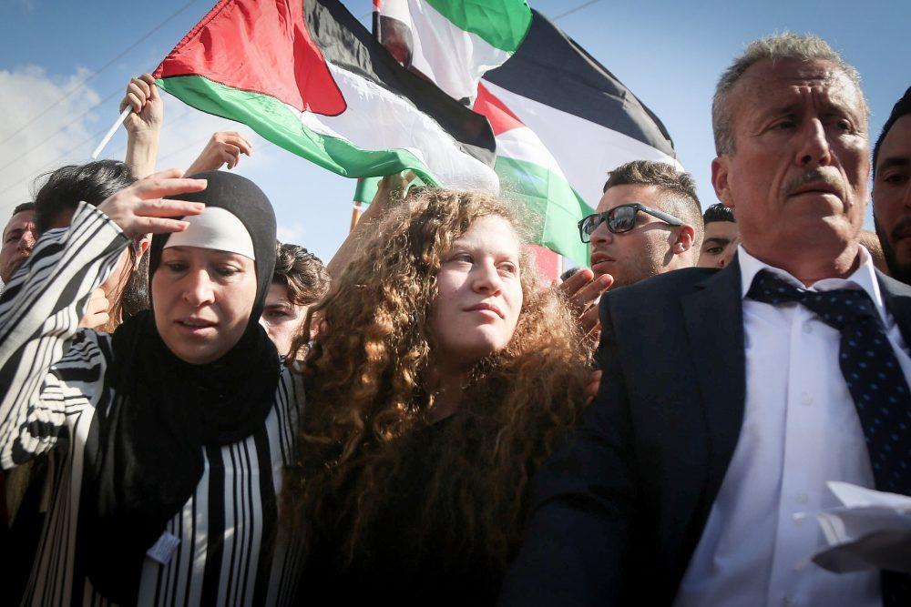 La adolescente palestina Ahed Tamimi (c) es recibida por parientes y seguidores después de ser liberada de la prisión militar israelí el 29 de julio de 2018. (FLASH90)