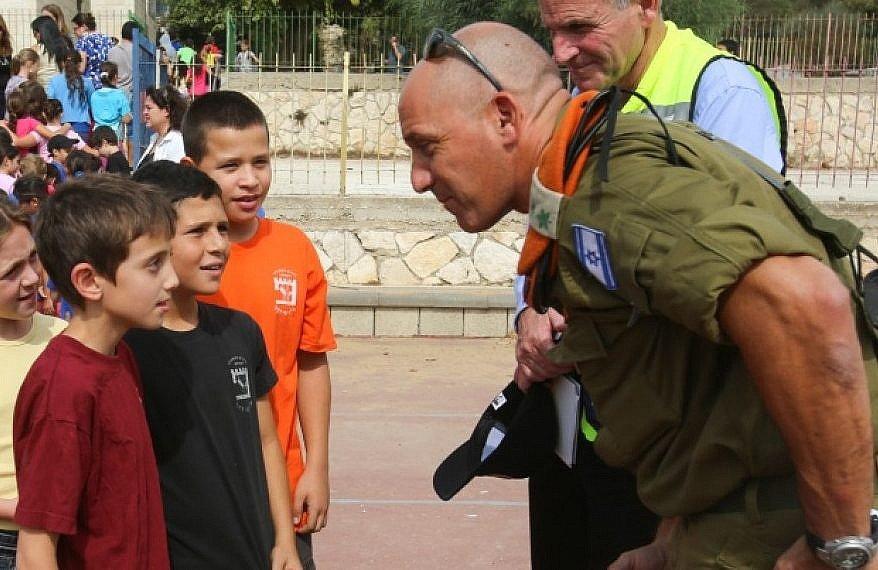 Un oficial del Comando de Frente Interno habla con los estudiantes durante un simulacro de emergencia en una escuela israelí, octubre de 2012. (Oren Nahshon / Flash 90)
