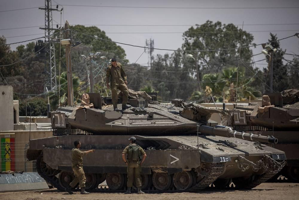 Soldados de las FDI observados cerca de los tanques en una base del ejército cerca de la frontera con la Franja de Gaza, 30 de mayo de 2018. (Yonatan Sindel / Flash 90)