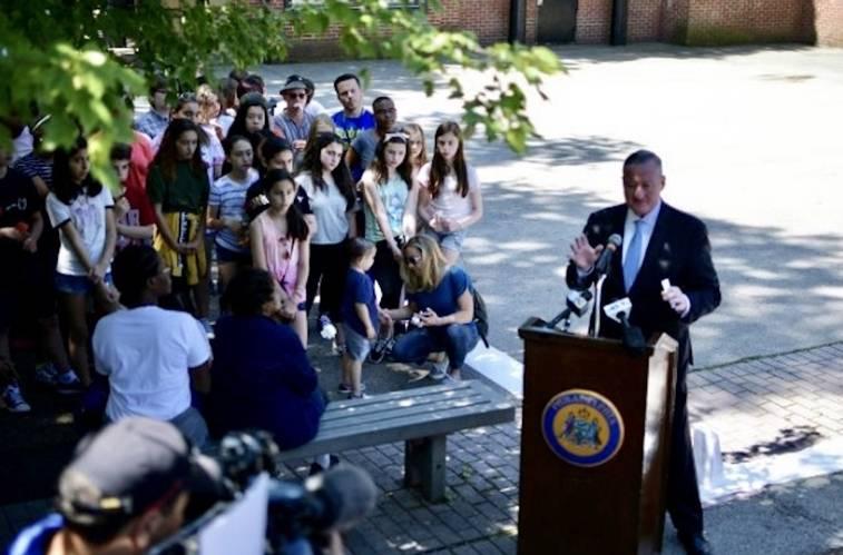 El alcalde Kenney en pleno anuncio de la construcción del monumento en el sitio histórico de Bethel