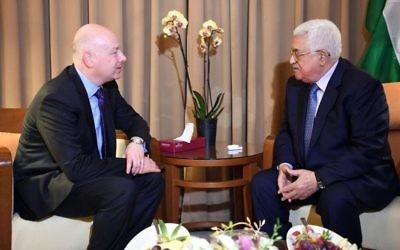El enviado estadounidense de Medio Oriente Jason Greenblatt, izquierda, se encuentra con el presidente de la Autoridad Palestina, Mahmoud Abbas, al margen de la Cumbre de la Liga Árabe en Ammán, el 28 de marzo de 2017 (Wafa / Thair Ghnaim)El enviado estadounidense de Medio Oriente Jason Greenblatt, izquierda, se encuentra con el presidente de la Autoridad Palestina, Mahmoud Abbas, al margen de la Cumbre de la Liga Árabe en Ammán, el 28 de marzo de 2017 (Wafa / Thair Ghnaim)