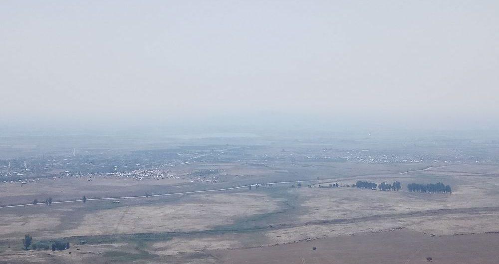 Horizonte fronterizo de los Altos del Golán: cada punto colorido es una tienda de campaña construida por refugiados, a solo 200 metros de la frontera.