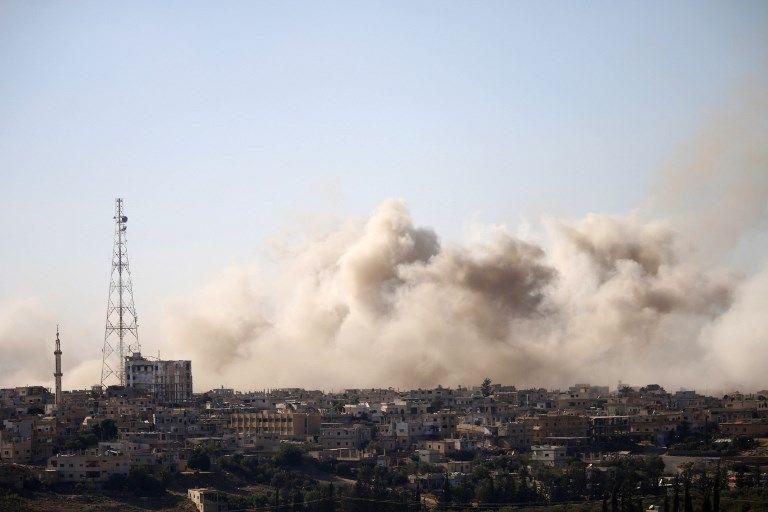 El humo se eleva sobre las zonas controladas por los rebeldes de la ciudad de Daraa durante los ataques aéreos de las fuerzas del régimen sirio el 30 de junio de 2018. (AFP / Mohamad ABAZEED)