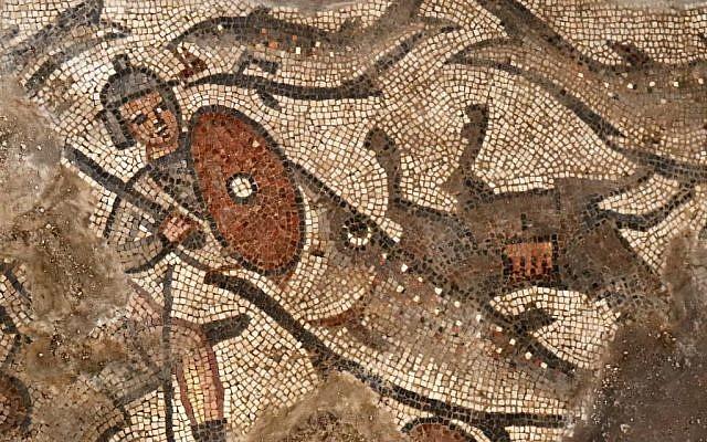 Un pez se traga a un soldado egipcio en una escena de mosaico que representa la división del Mar Rojo de la historia del Éxodo, de la sinagoga del siglo V en Huqoq, en el norte de Israel. (Jim Haberman / Universidad de Carolina del Norte Chapel Hill)