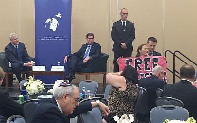 activista de CodePink Ariel Gold interrumpe al embajador de Israel en los Estados Unidos, Ron Dermer, en un evento durante la Convención Nacional Demócrata de 2016 (Eric Cortellessa / Times of Israel)