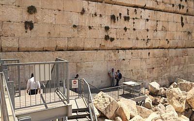 El área de oración plural de Robinson's Arch se encuentra actualmente en varios niveles, con una pequeña plataforma que toca el Muro Occidental. (Amanda Borschel-Dan / ToI)