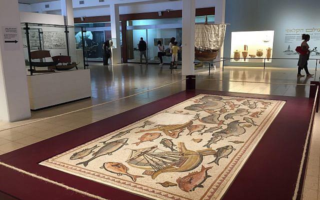 El mosaico original de Lod exhibido en el Museo Marítimo Nacional con sede en Haifa, abril de 2018. (Amanda Borschel-Dan / ToI)