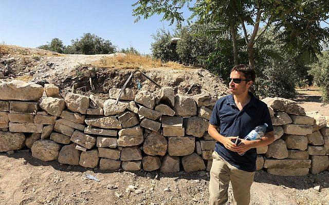 El arqueólogo y activista Zachi Dvira examina lo que dijo fue un daño a un montón de tierra antigua en lo alto del Monte del Templo, el 18 de junio de 2018. (Amanda Borschel-Dan / Times of Israel)