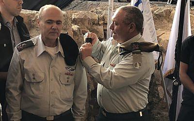 El Jefe de Estado Mayor, Gadi Eisenkot (R), entregó a Kamil Abu Rokon, el nuevo Coordinador de Actividades Gubernamentales en los Territorios, su nuevo rango de ejército en una ceremonia de juramentación en Cisjordania el 1 de mayo de 2018. (Jacob Magid / Times of Israel)