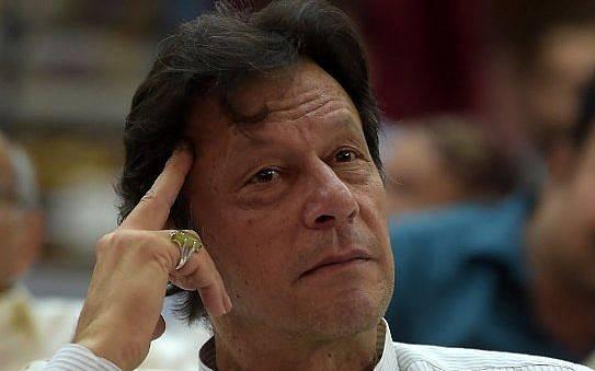 En esta foto tomada el 30 de junio de 2018, el jugador de críquet de Pakistán convertido en político, Imran Khan, asiste a un mitin de campaña electoral en Islamabad.(AFP PHOTO / AAMIR QURESHI)