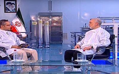 Captura de pantalla del video que muestra a Ali Akbar Salehi, el jefe de la agencia nuclear iraní, a la derecha, y tres centrífugas de enriquecimiento de uranio producidas por Irán en el fondo del centro. (Youtube)